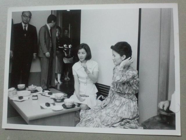 女優の吉永小百合さん、日色ともゑさんが大山十五世名人と記念対局