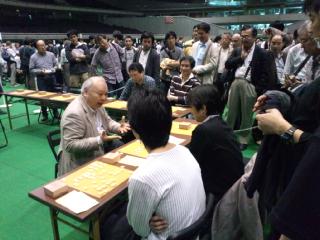 東京体育館での「職団戦」で「名人400年」を記念して400<br />  人に指導対局