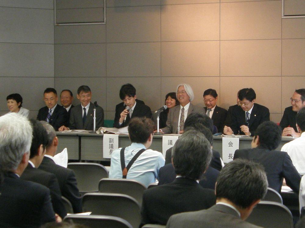 田丸が議長を務めた今年6月の将棋連盟総会の模様