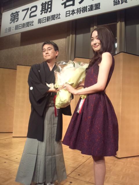 女優の高梨臨さんも祝福に訪れた羽生善治名人の就位式