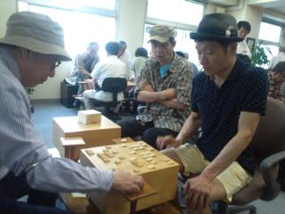 俳優、お天気キャスター、お笑い芸人の3人で将棋の「巴戦」